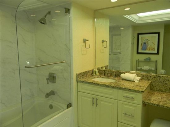 http://www.resortharbourproperties.com/custimages/335-MasterBathroom(Small).JPG