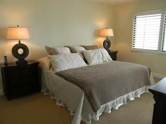 http://www.resortharbourproperties.com/custimages/335-MasterBedroom(Small).JPG